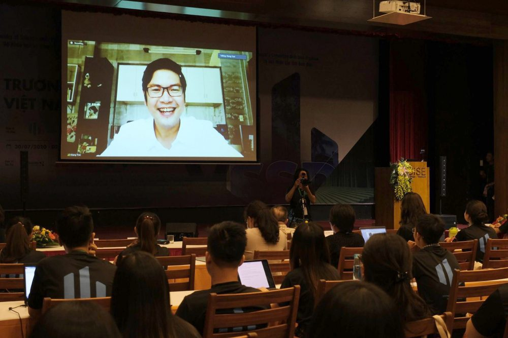 Các bạn trẻ trong một buổi học trực tuyến vì giảng viên không thể đến do COVID-19 - Ảnh: TRỌNG NHÂN
