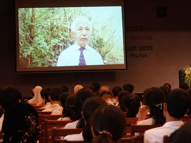 GS Trần Thanh Vân chia sẻ với các học sinh, sinh viên ưu tú qua video ẢNH: HOÀNG TRỌNG