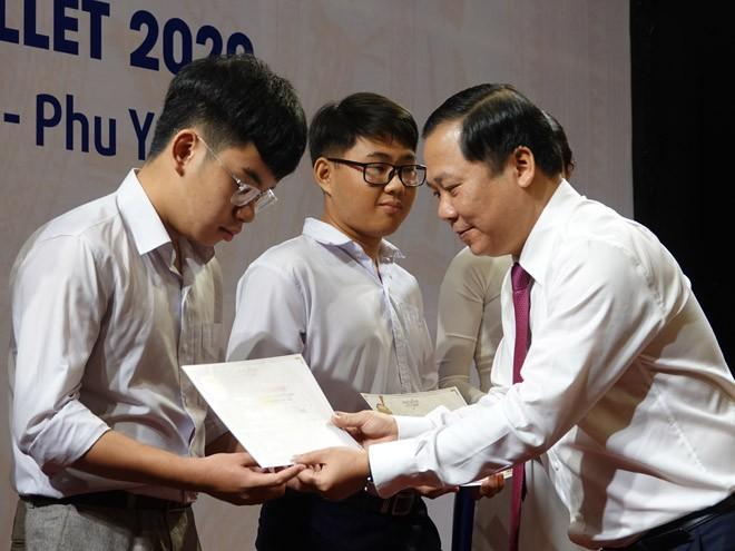 Ông Nguyễn Phi Long, Phó chủ tịch UBND tỉnh Bình Định, trao học bổng Vallet cho học sinh ẢNH: HOÀNG TRỌNG