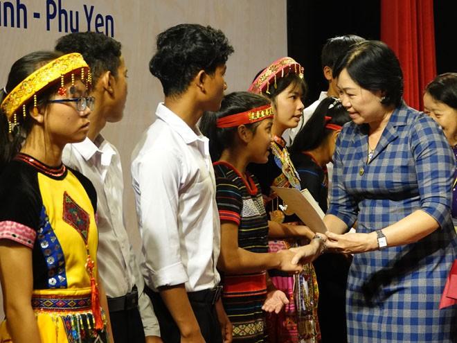 Bà Nguyễn Thị Thanh Bình, Chủ tịch Liên hiệp các Hội Khoa học và Kỹ thuật Bình Định, trao học bổng cho học sinh các làng SOS ở Bình Định, Gia Lai ẢNH: HOÀNG TRỌNG