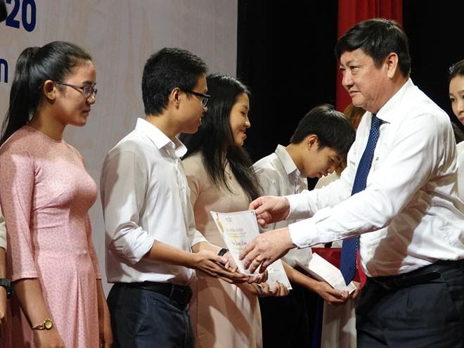 PGS TS Đỗ Ngọc Mỹ, Hiệu trưởng Trường ĐH Quy Nhơn, trao học bổng Vallet cho các sinh viên ưu tú ẢNH: HOÀNG TRỌNG