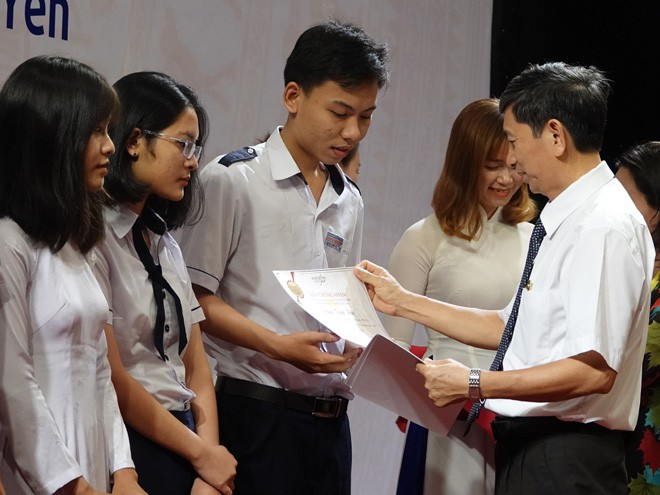 Ông Phạm Văn Cường, Giám đốc Sở GD-ĐT Phú Yên, trao học bổng Vallet cho các học sinh Phú Yên ẢNH: HOÀNG TRỌNG