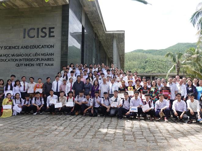 Các học sinh, sinh viên ưu tú ở Bình Định, Phú Yên và học sinh các làng SOS Pleiku, SOS Quy Nhơn nhận học bổng Vallet chụp hình lưu niệm tại ICISE ẢNH: HOÀNG TRỌNG